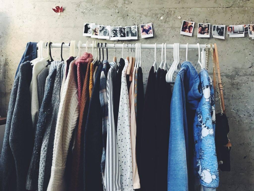 barras de pared modernas para colgar ropa