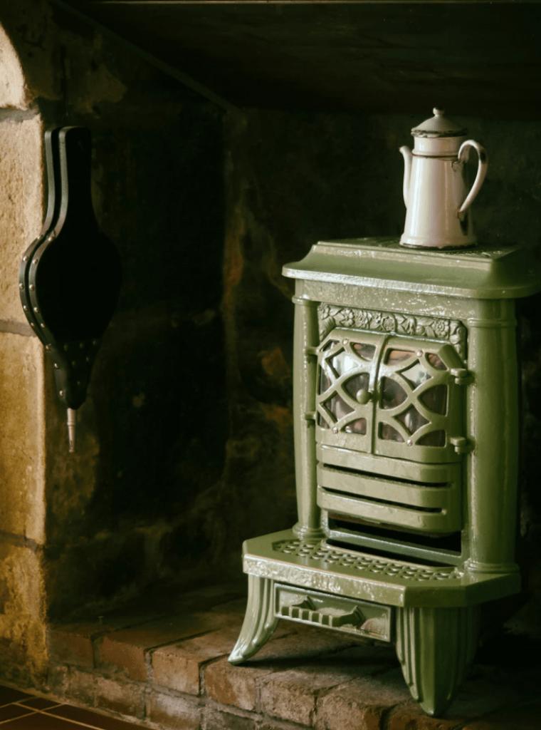 protegiendo la pared detrás de una estufa de leña