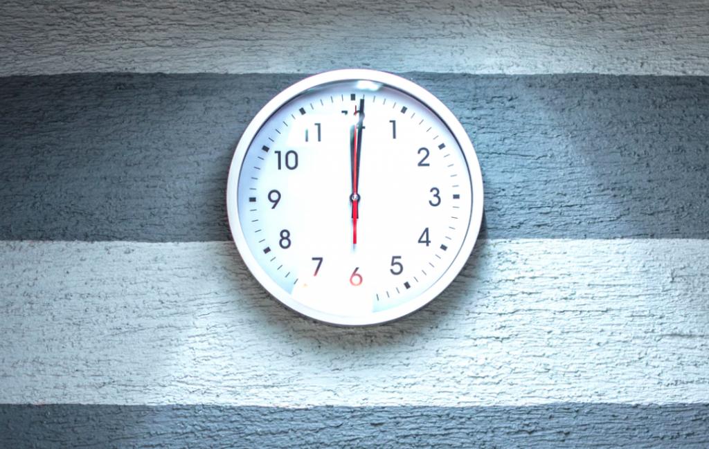 reloj grande con fondo blanco y segundero rojo