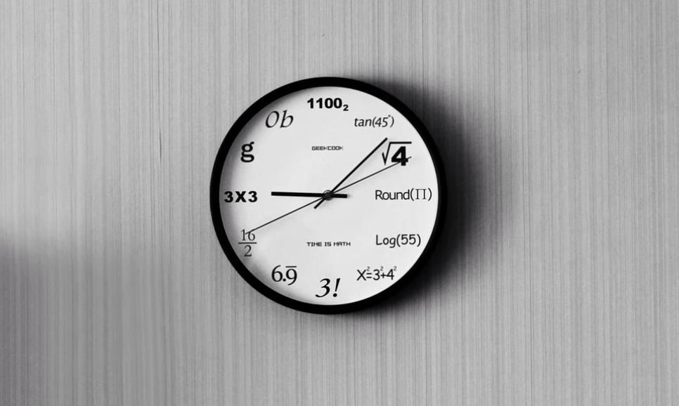 reloj novedoso con números en forma de fórmulas matemáticas