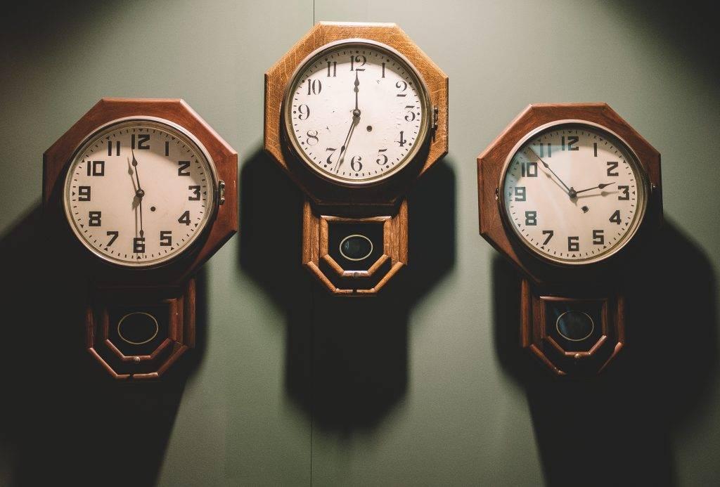 relojes de pared antiguos con péndulo
