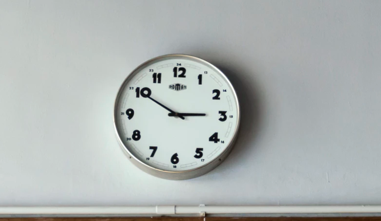 típico reloj blanco de pared para cocina